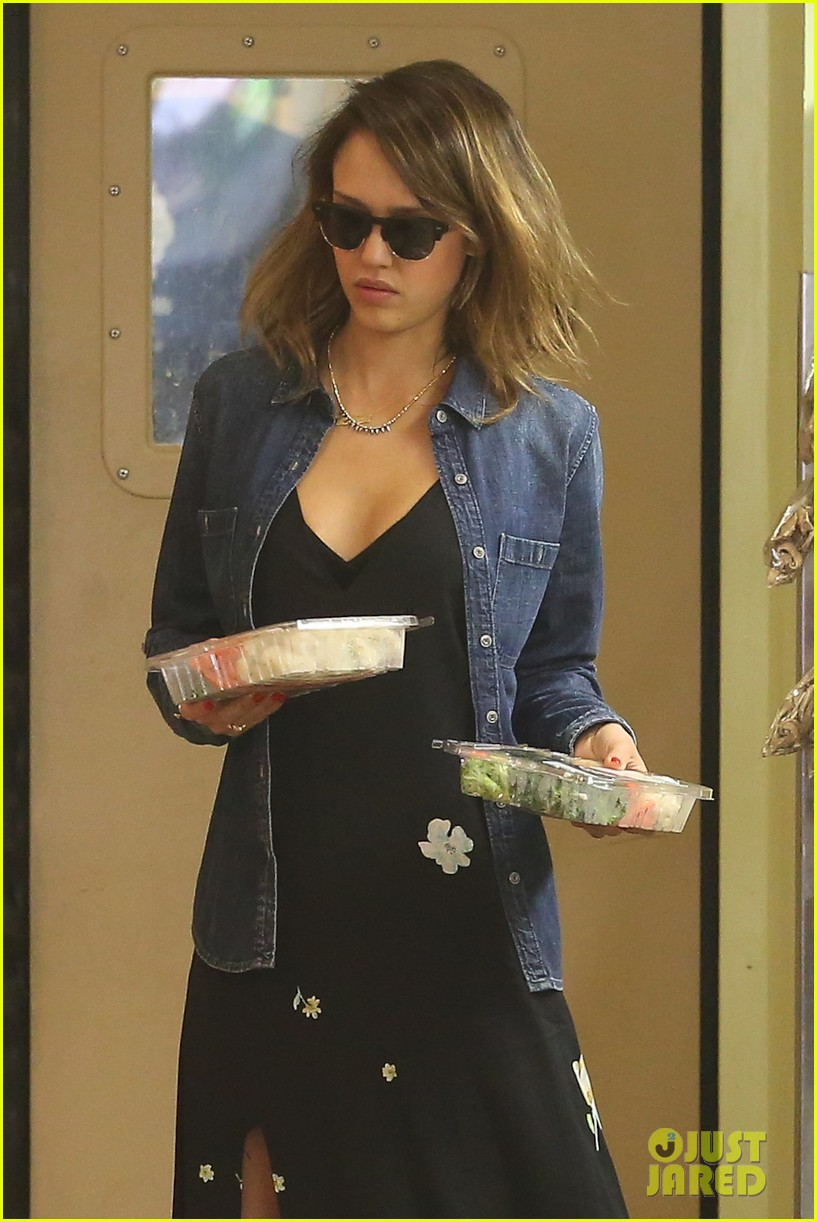 jessica alba stocks up on fresh produce at whole foods 063069190