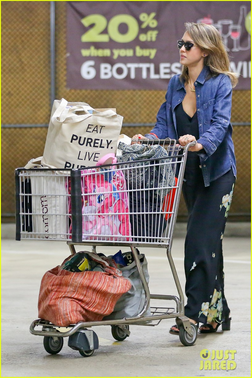 jessica alba stocks up on fresh produce at whole foods 083069192