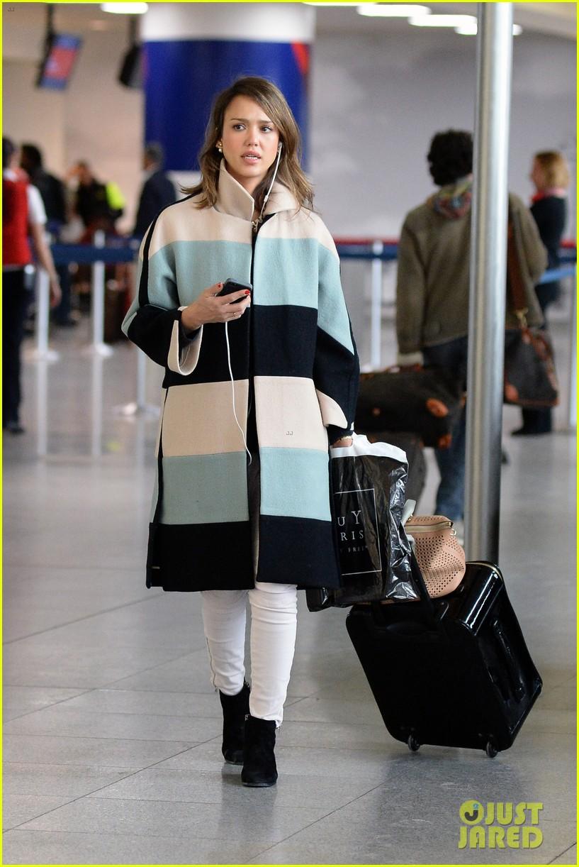 jessica alba wraps up paris fashion week flies to new york 013065667