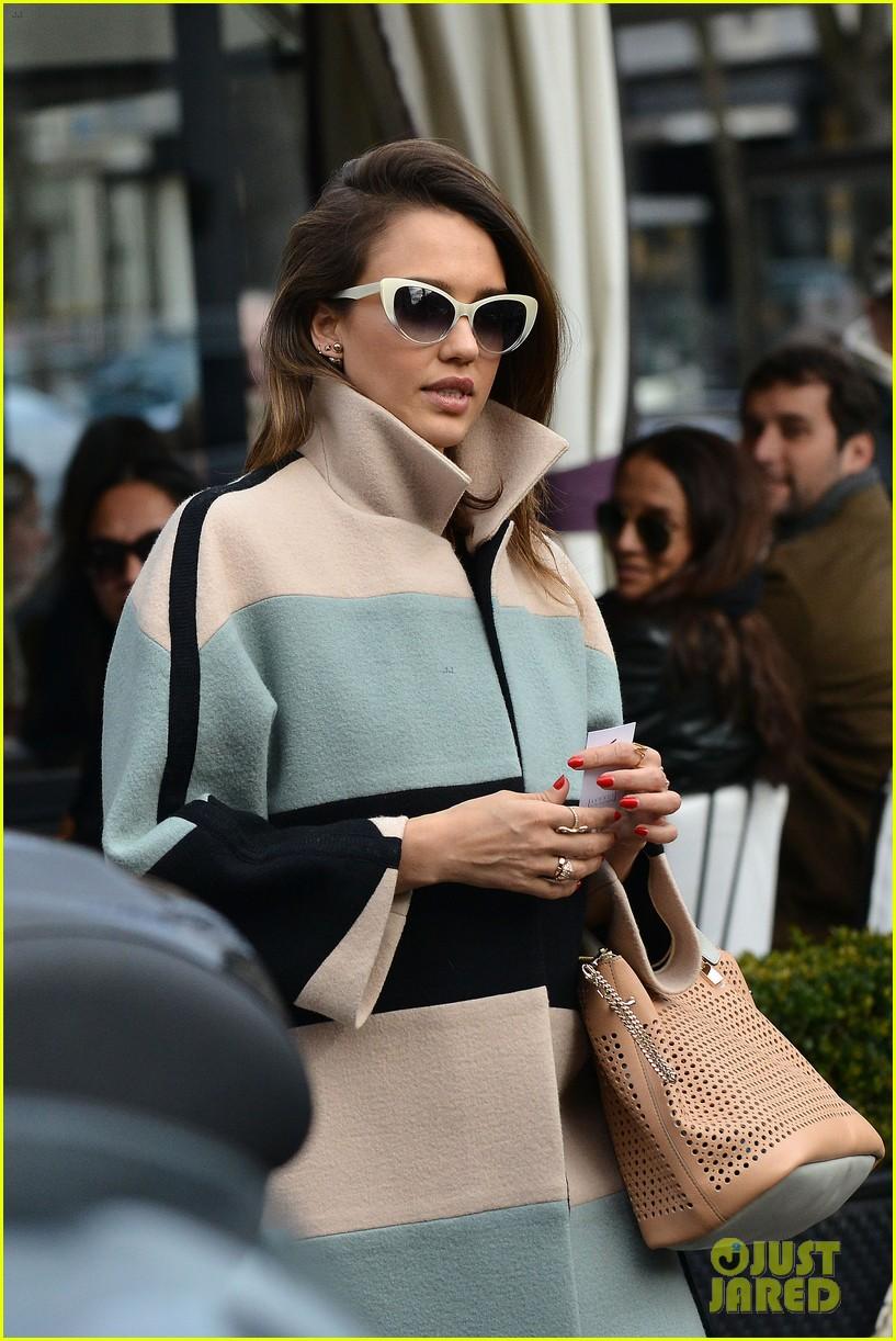 jessica alba wraps up paris fashion week flies to new york 043065670