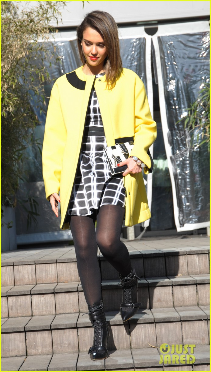 jessica alba wraps up paris fashion week flies to new york 053065671