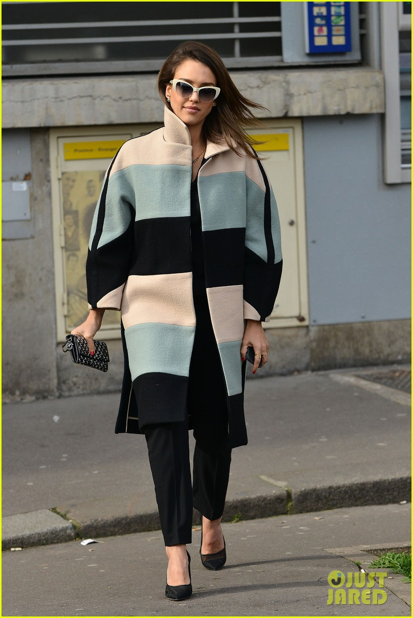 jessica alba wraps up paris fashion week flies to new york 063065672