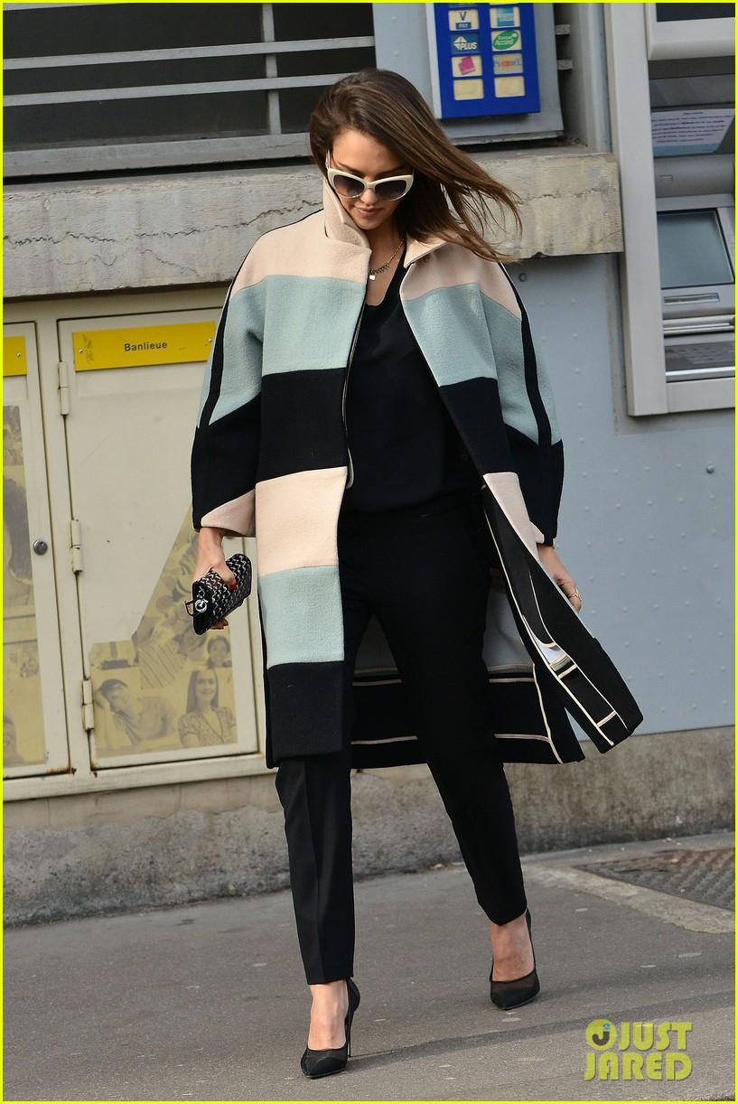 jessica alba wraps up paris fashion week flies to new york 07