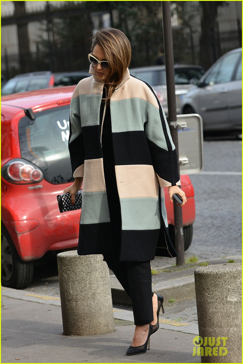 jessica alba wraps up paris fashion week flies to new york 093065675