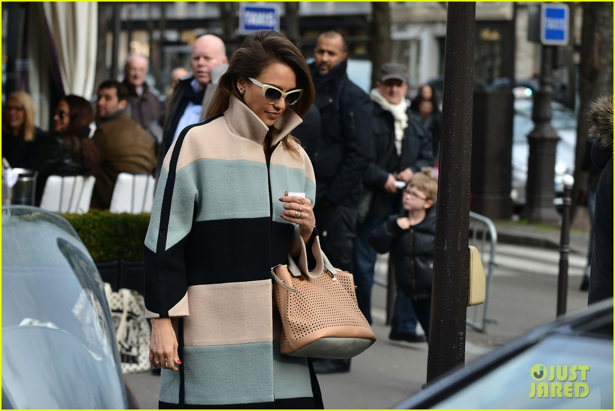 jessica alba wraps up paris fashion week flies to new york 103065676