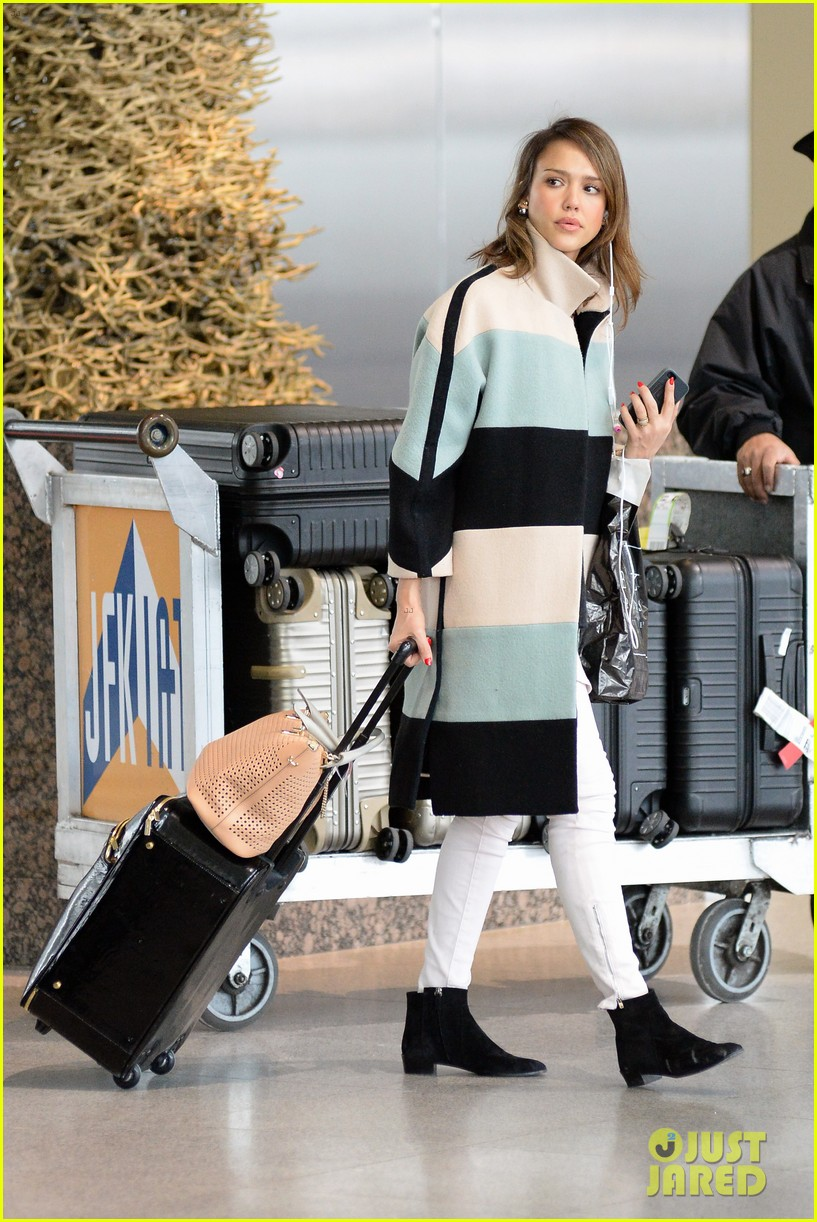 jessica alba wraps up paris fashion week flies to new york 123065678