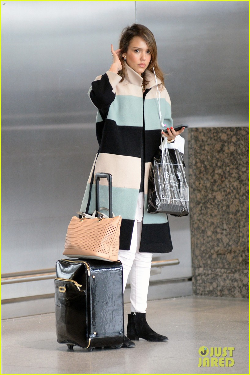 jessica alba wraps up paris fashion week flies to new york 133065679