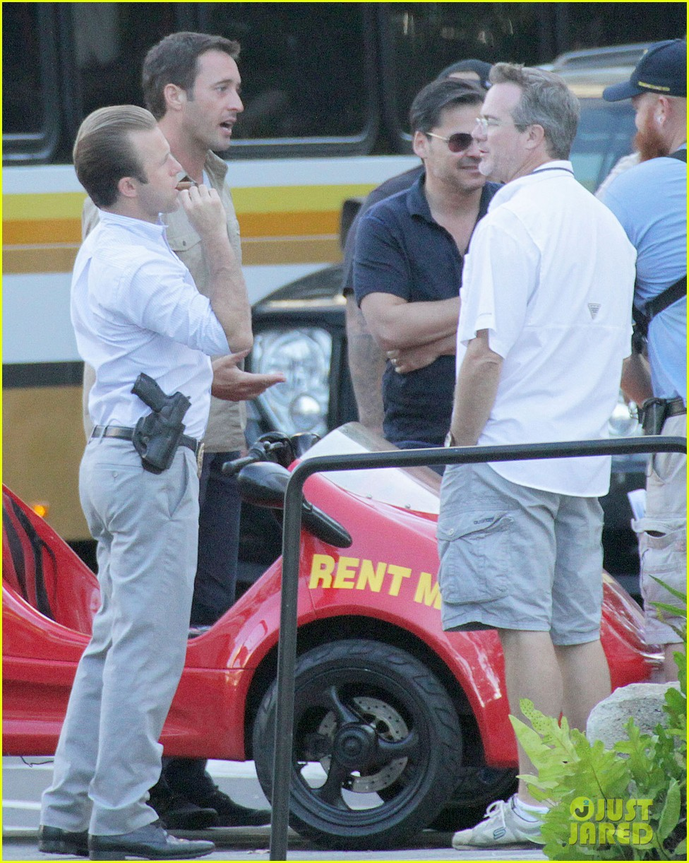 alex oloughlin scott caan drive around in a tiny rental car for hawaii 50 033074730
