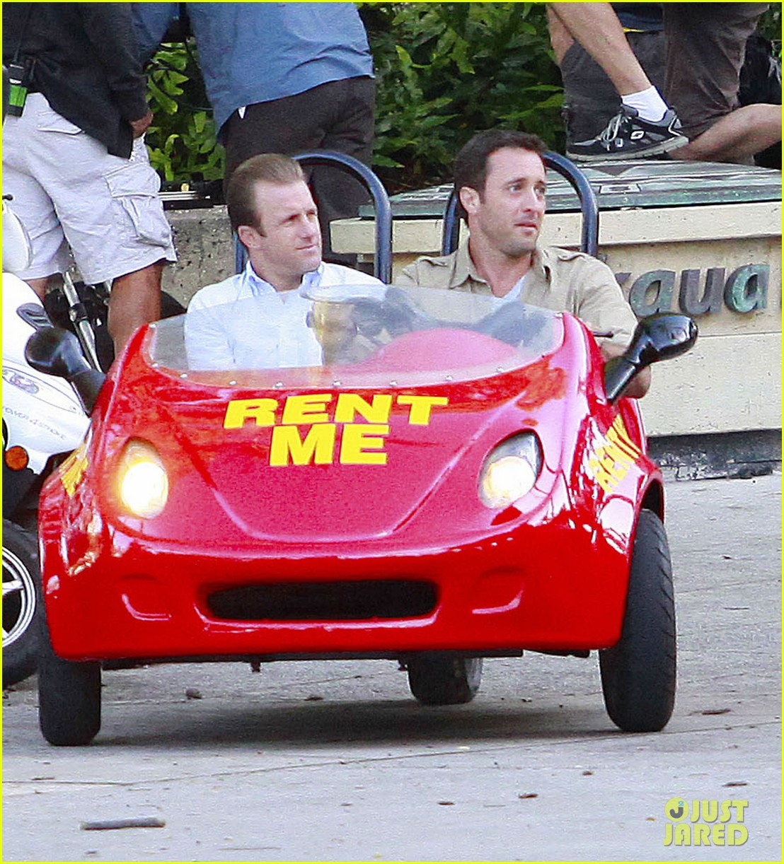 alex oloughlin scott caan drive around in a tiny rental car for hawaii 50 053074732