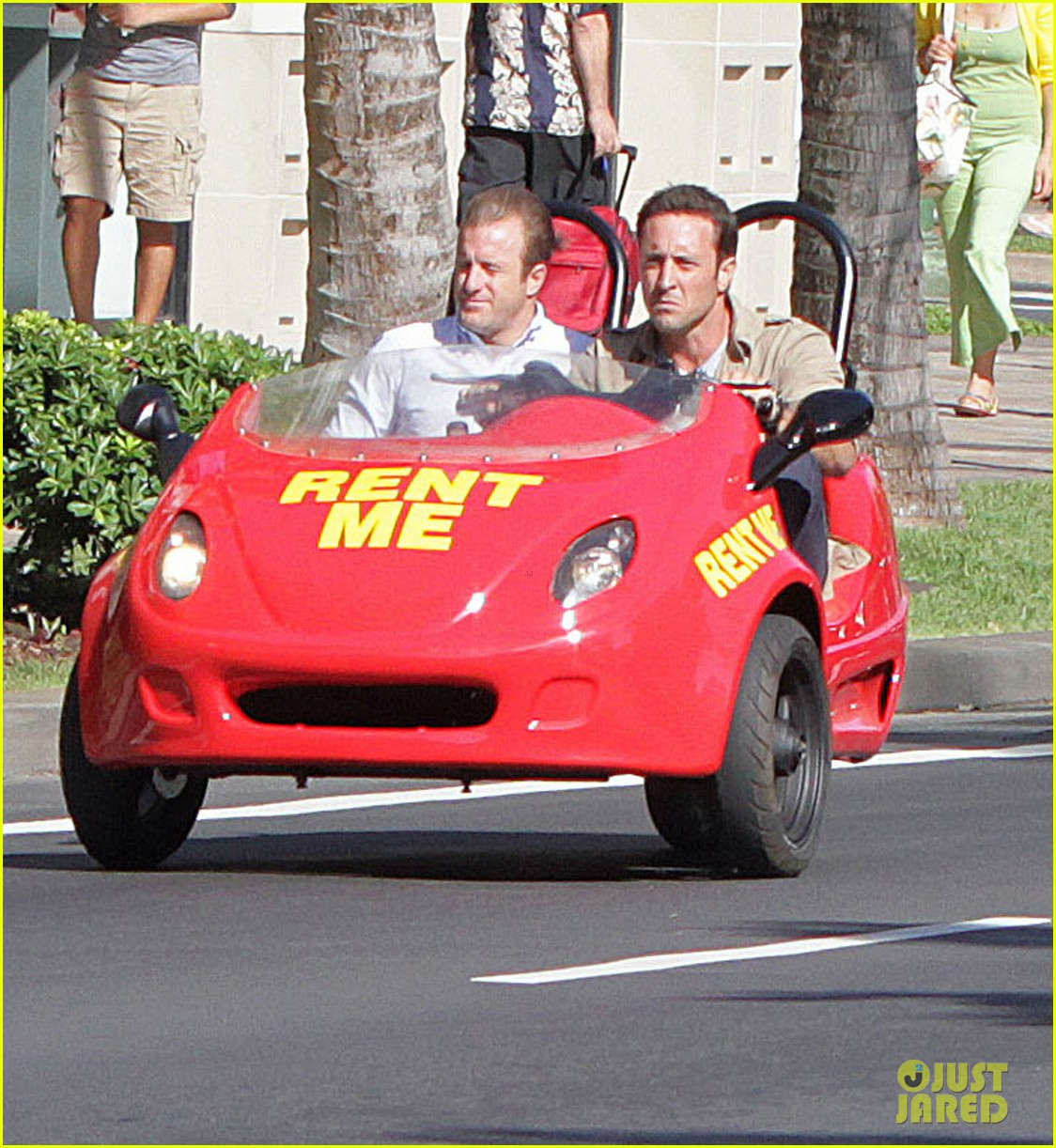alex oloughlin scott caan drive around in a tiny rental car for hawaii 50 063074733