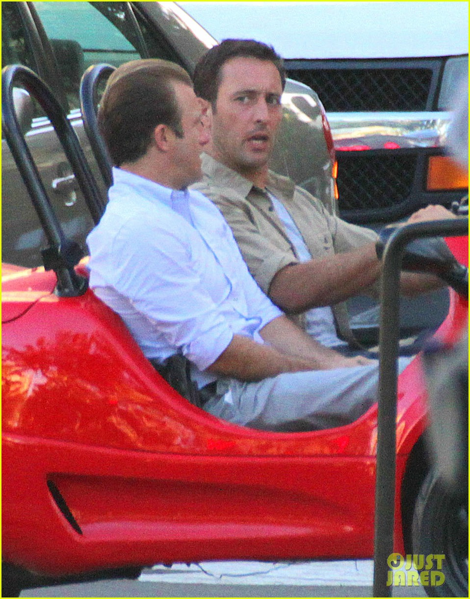 alex oloughlin scott caan drive around in a tiny rental car for hawaii 50 073074734