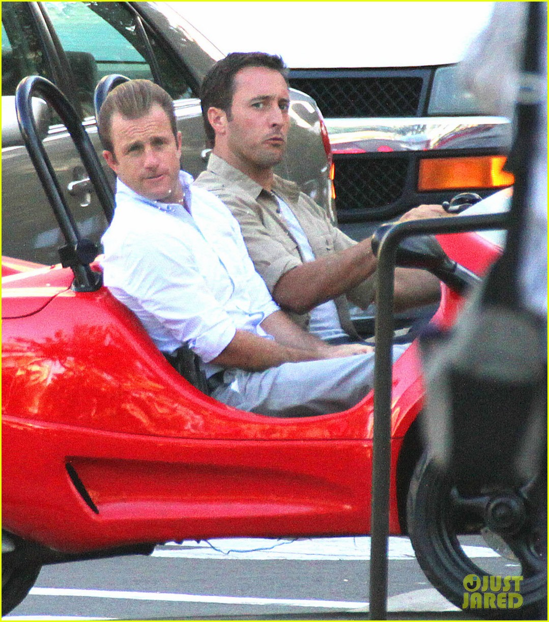 alex oloughlin scott caan drive around in a tiny rental car for hawaii 50 083074735