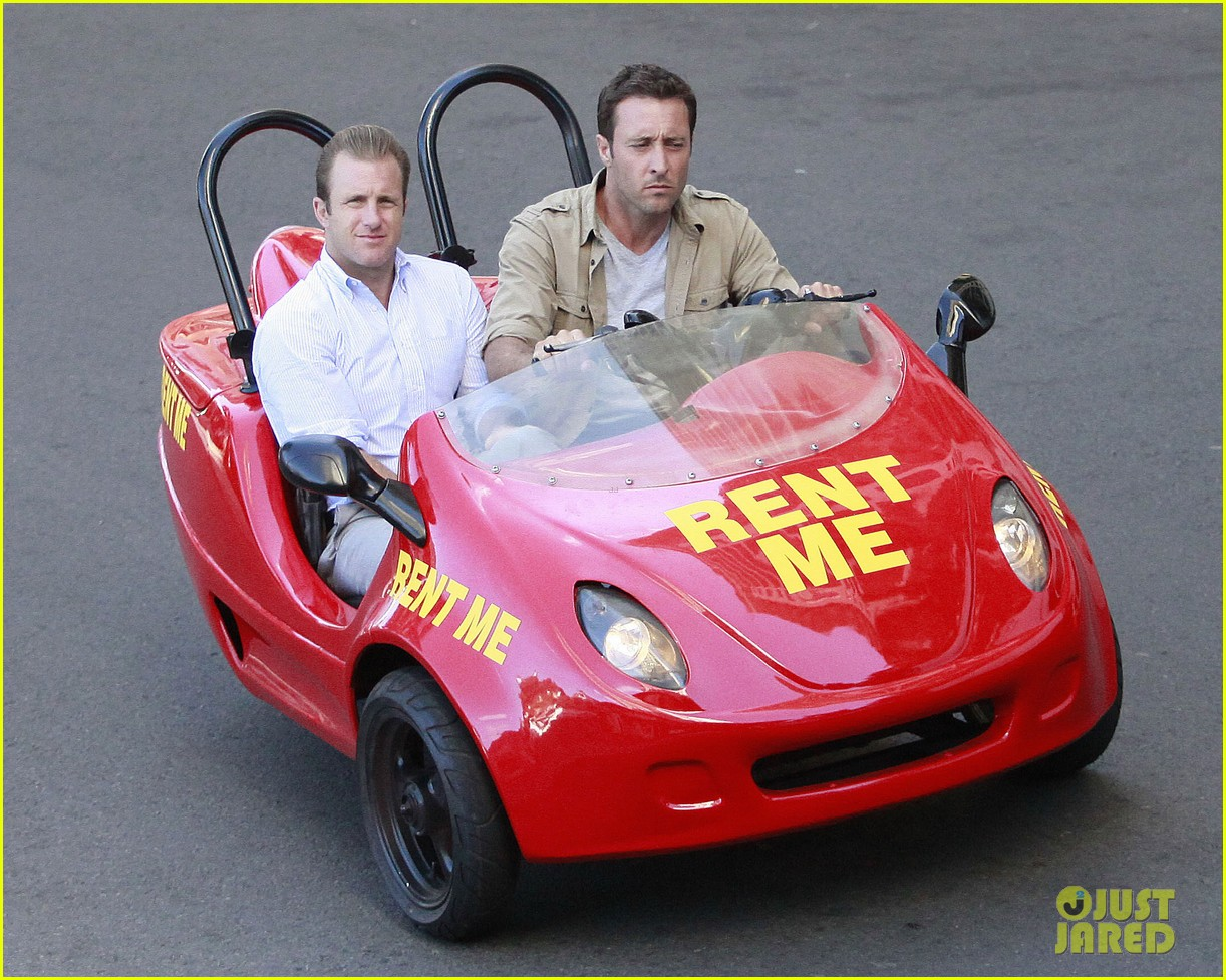 alex oloughlin scott caan drive around in a tiny rental car for hawaii 50 093074736