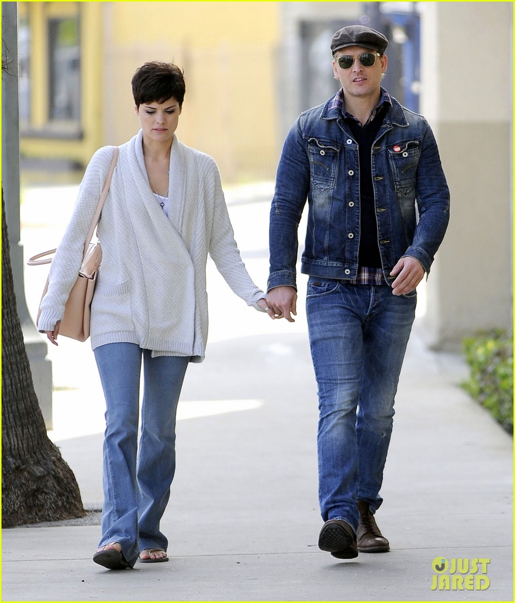 peter facinelli jaimie alexander hold hands look all lovey dovey together 013077016