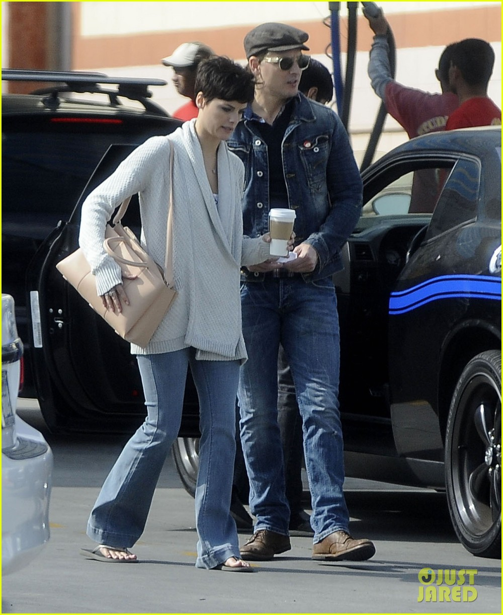 peter facinelli jaimie alexander hold hands look all lovey dovey together 033077018