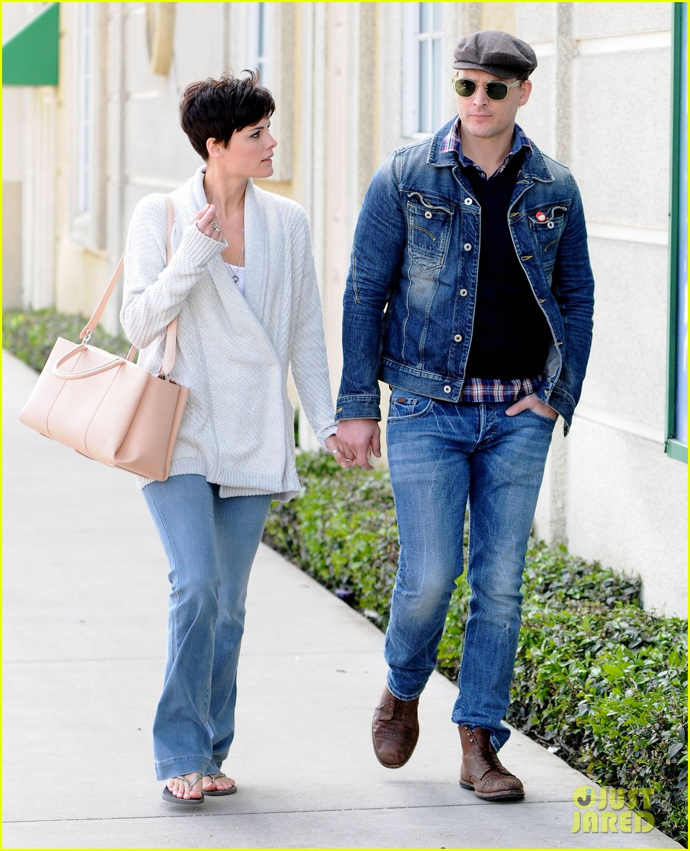 peter facinelli jaimie alexander hold hands look all lovey dovey together 04