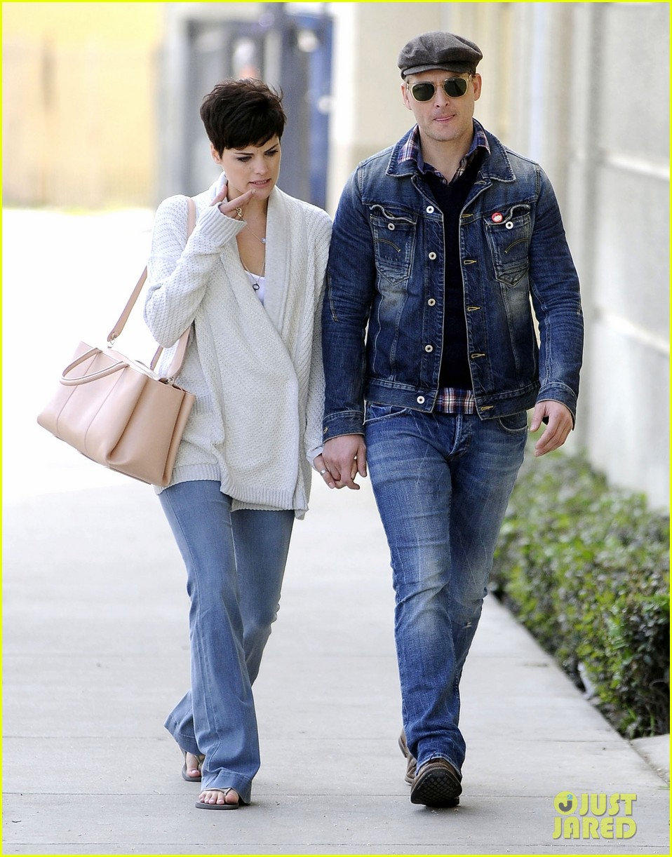 peter facinelli jaimie alexander hold hands look all lovey dovey together 063077021