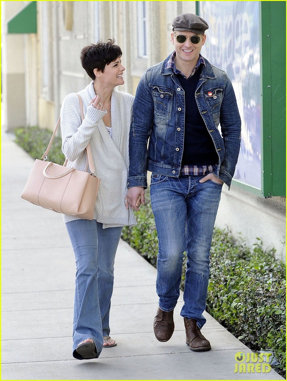 peter facinelli jaimie alexander hold hands look all lovey dovey together 073077022