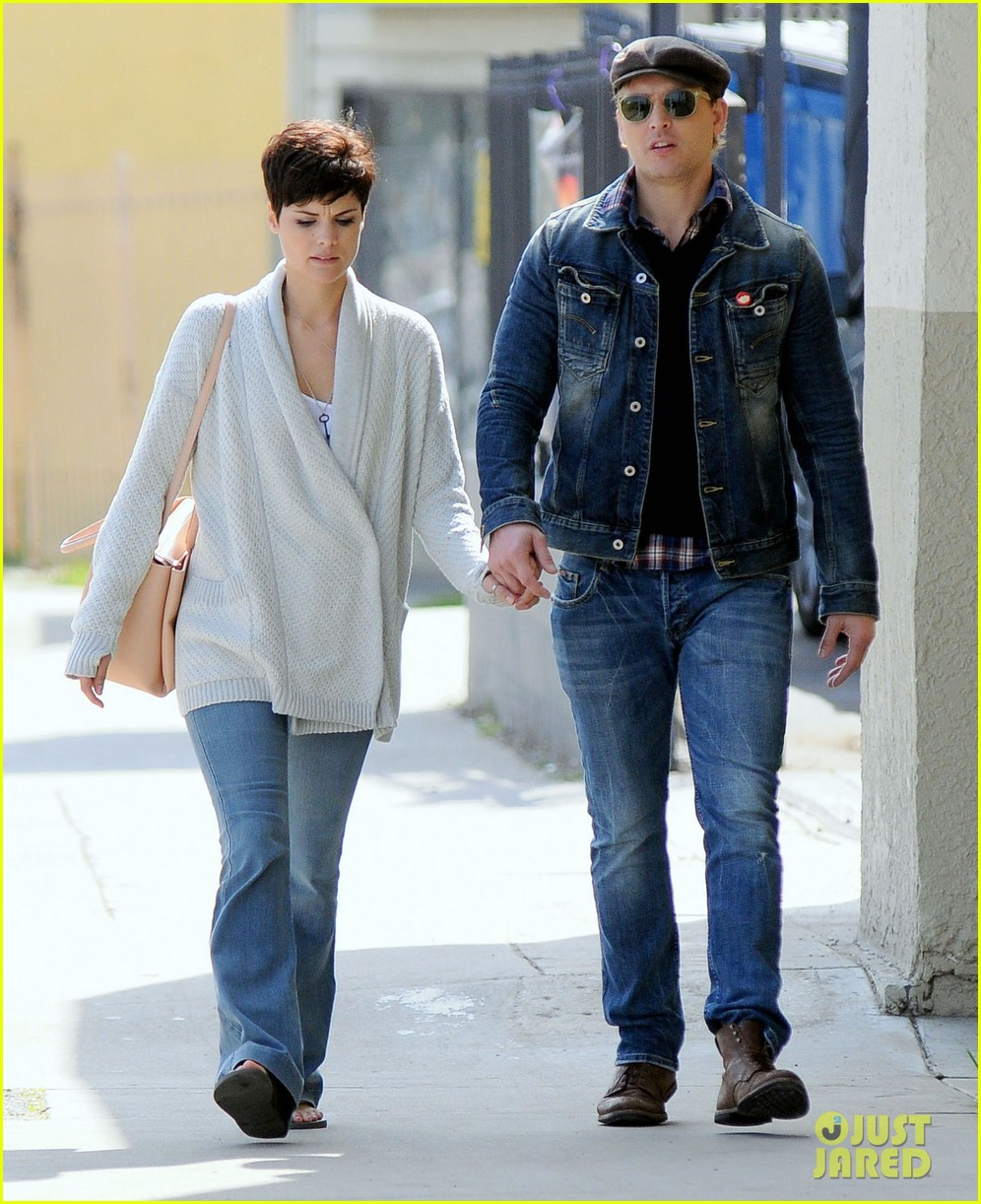 peter facinelli jaimie alexander hold hands look all lovey dovey together 093077024