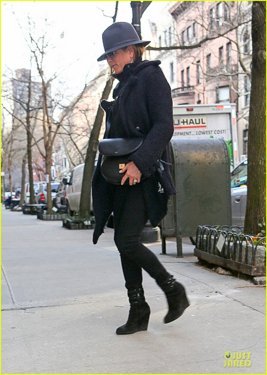 jennifer aniston uses fedora to blend in with nyc 013070059
