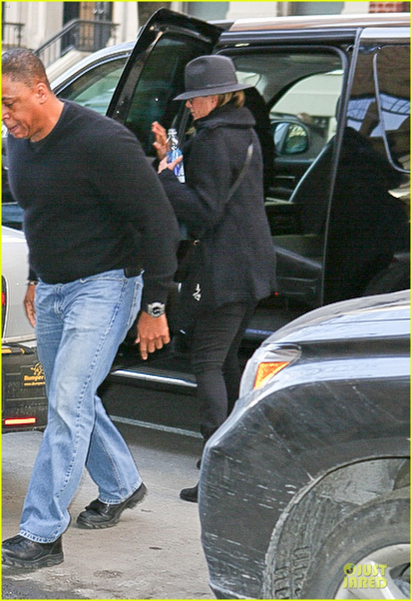 jennifer aniston uses fedora to blend in with nyc 063070064
