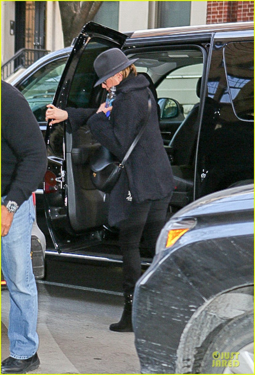 jennifer aniston uses fedora to blend in with nyc 073070065