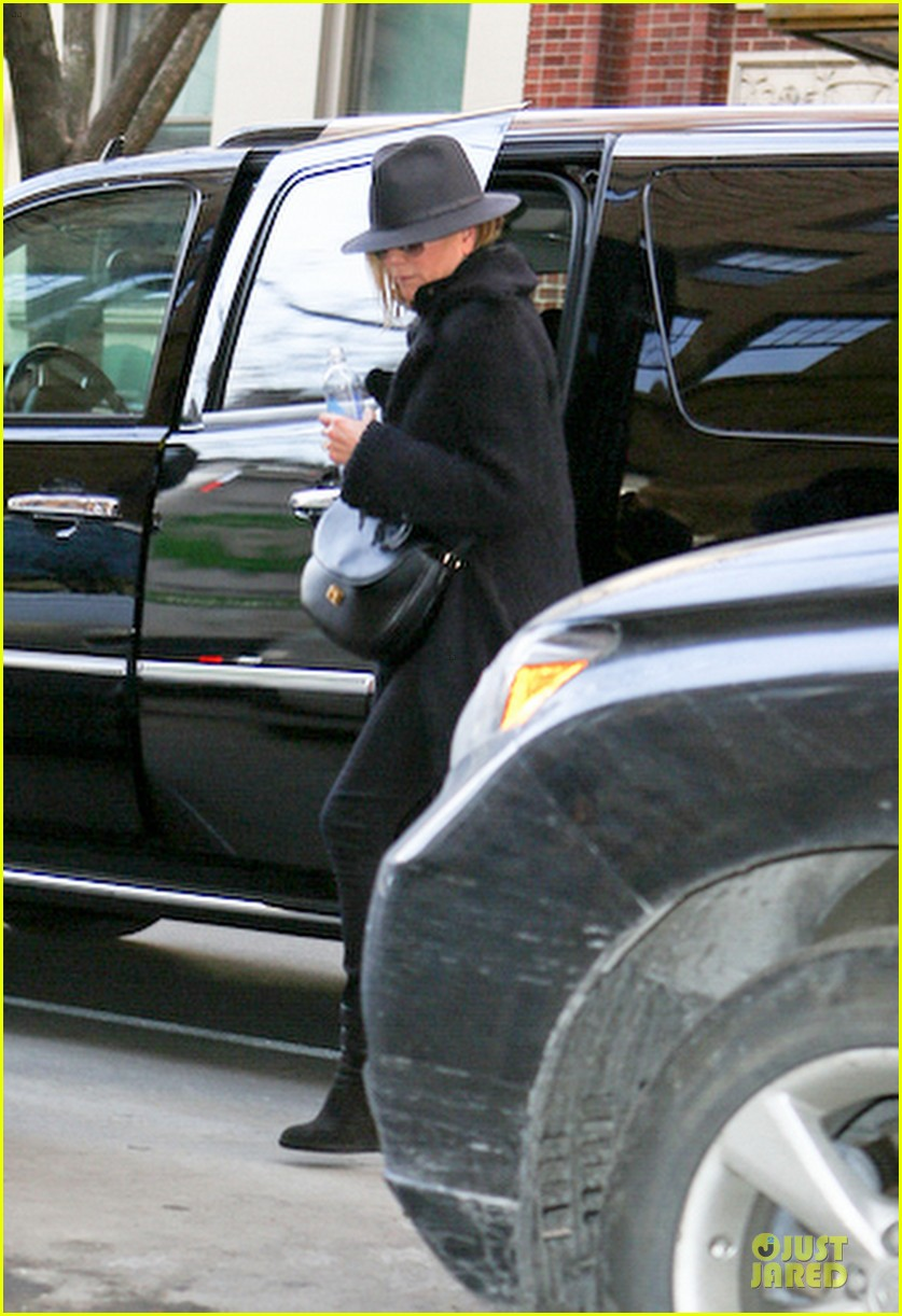 jennifer aniston uses fedora to blend in with nyc 083070066