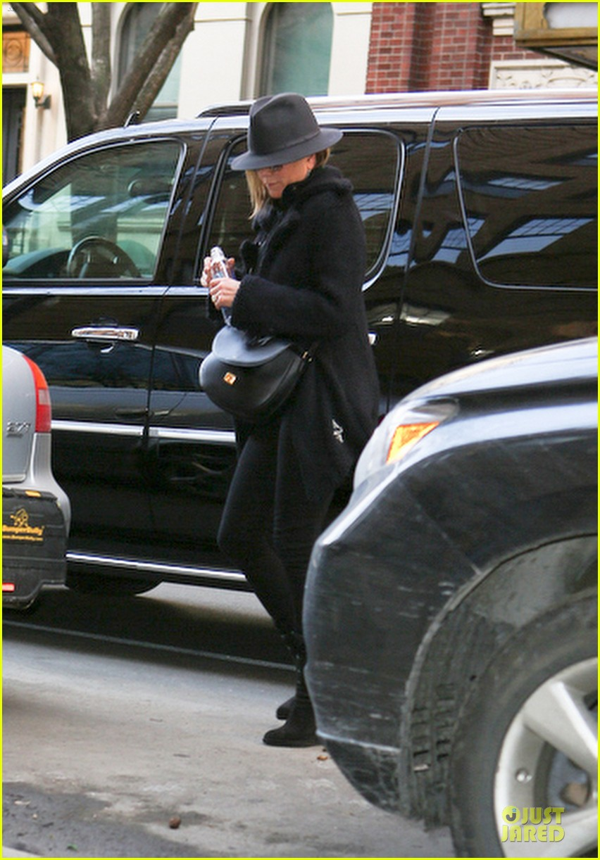 jennifer aniston uses fedora to blend in with nyc 103070068