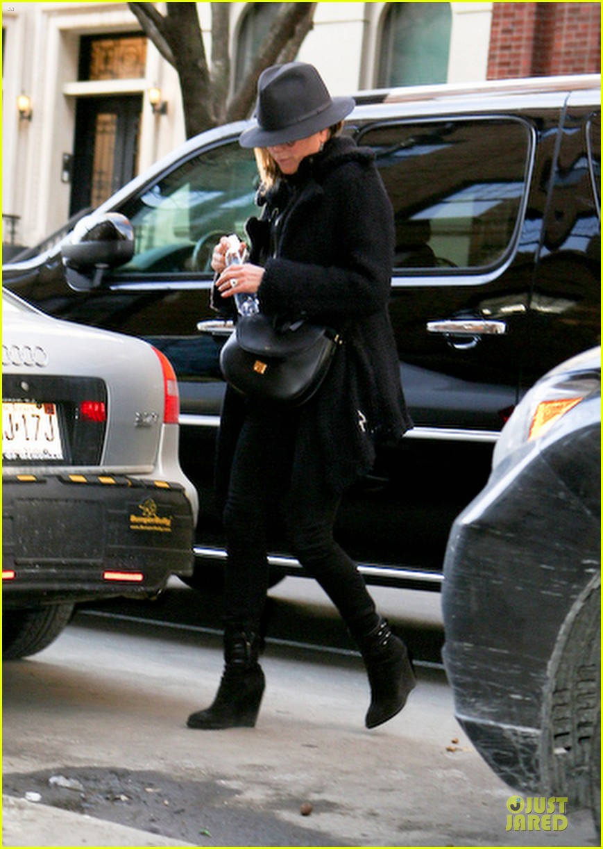 jennifer aniston uses fedora to blend in with nyc 123070070