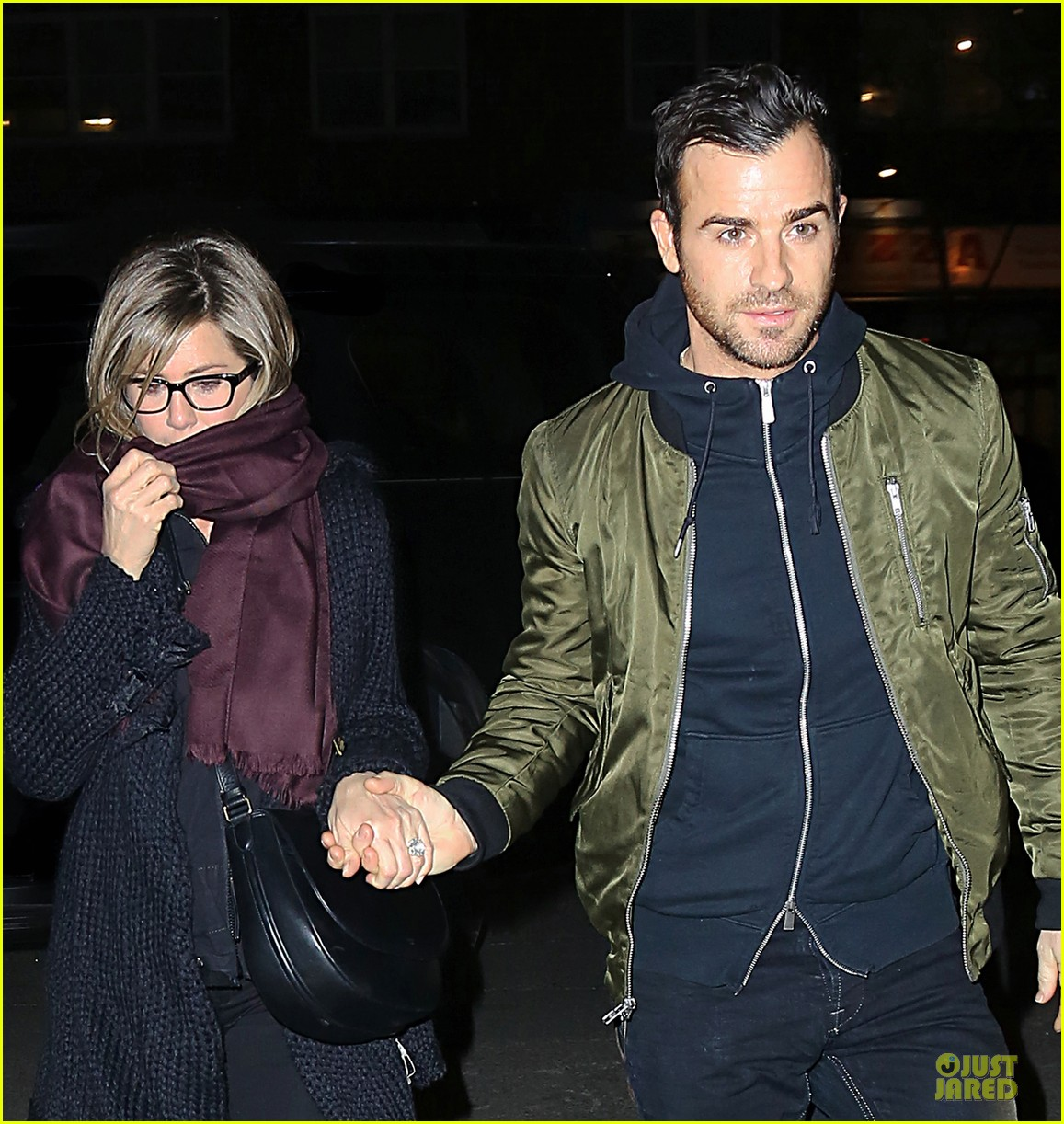 jennifer aniston justin theroux hold hands on nyc night 023070152