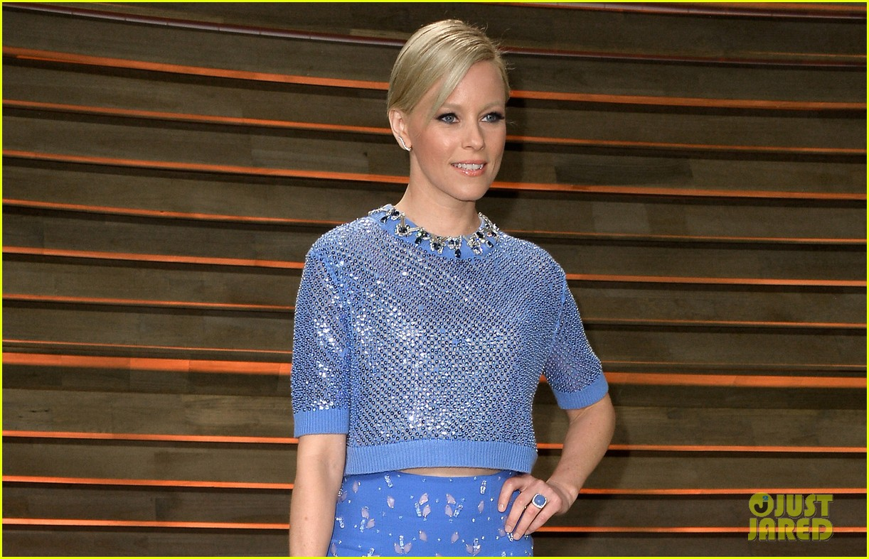 elizabeth banks shows off some skin in crop top at vanity fair oscars party 2014 023064405