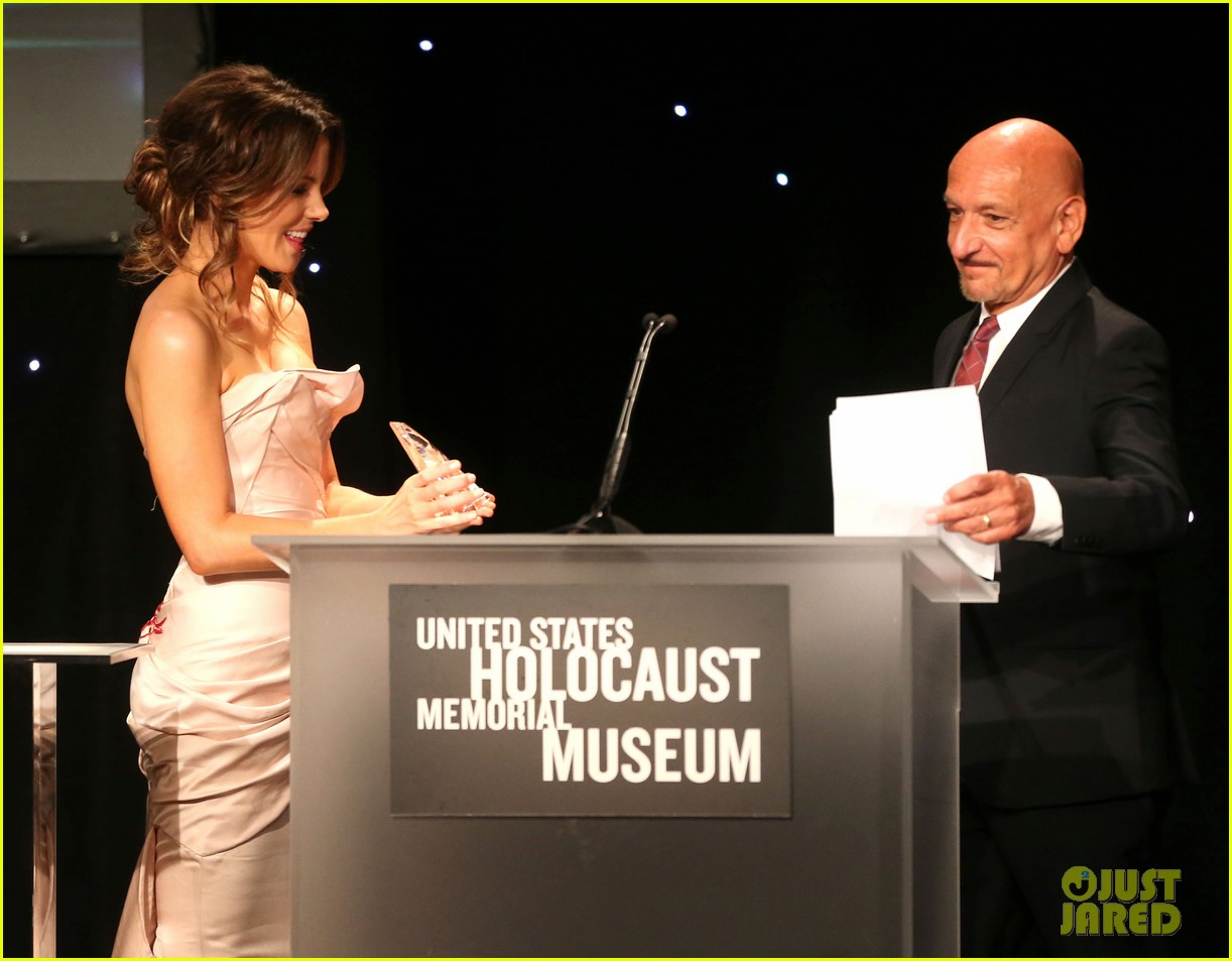 kate beckinsale honors ben kingsley at 2014 los angeles dinner 07