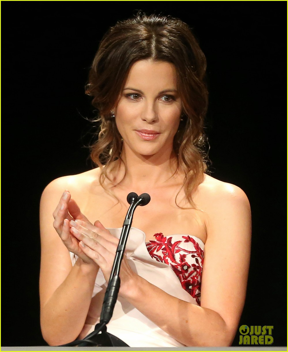 kate beckinsale honors ben kingsley at 2014 los angeles dinner 083067717