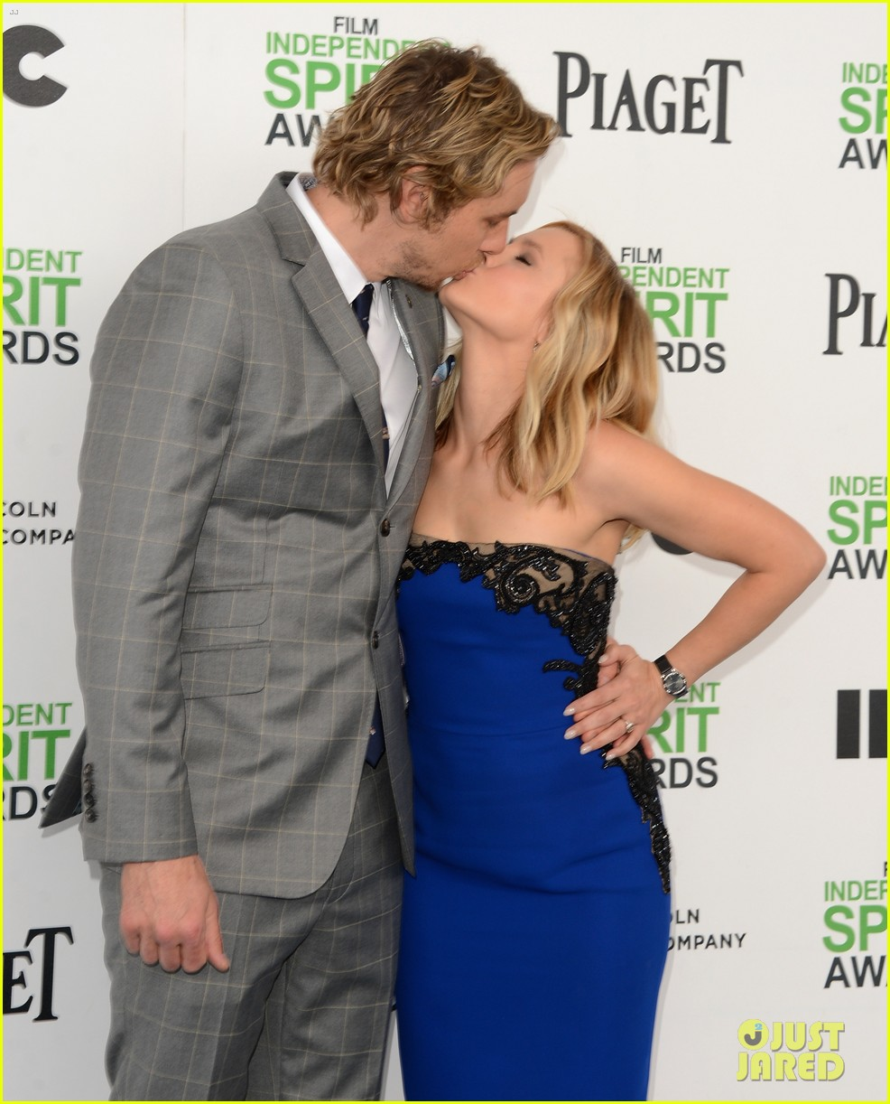 kristen bell dax shepard share cute kiss at independent spirit awards 2014 02