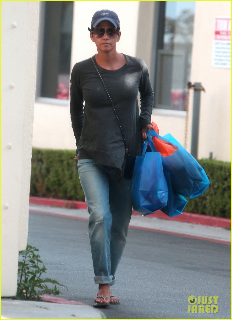 halle berry sued by homeless woman 013077705