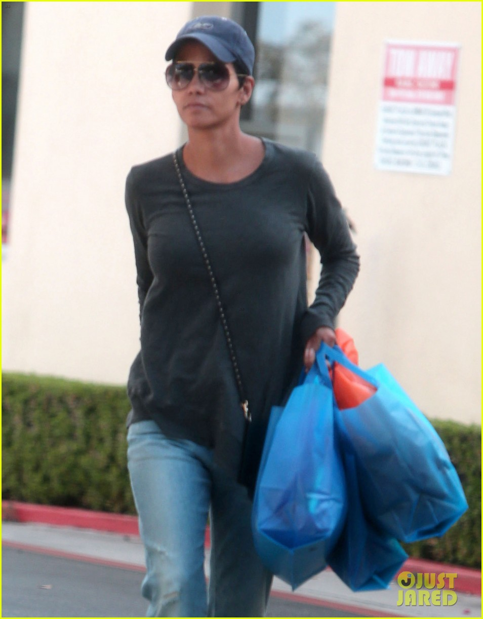 halle berry sued by homeless woman 023077706