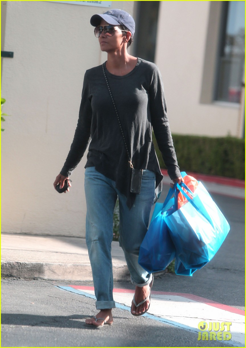 halle berry sued by homeless woman 033077707