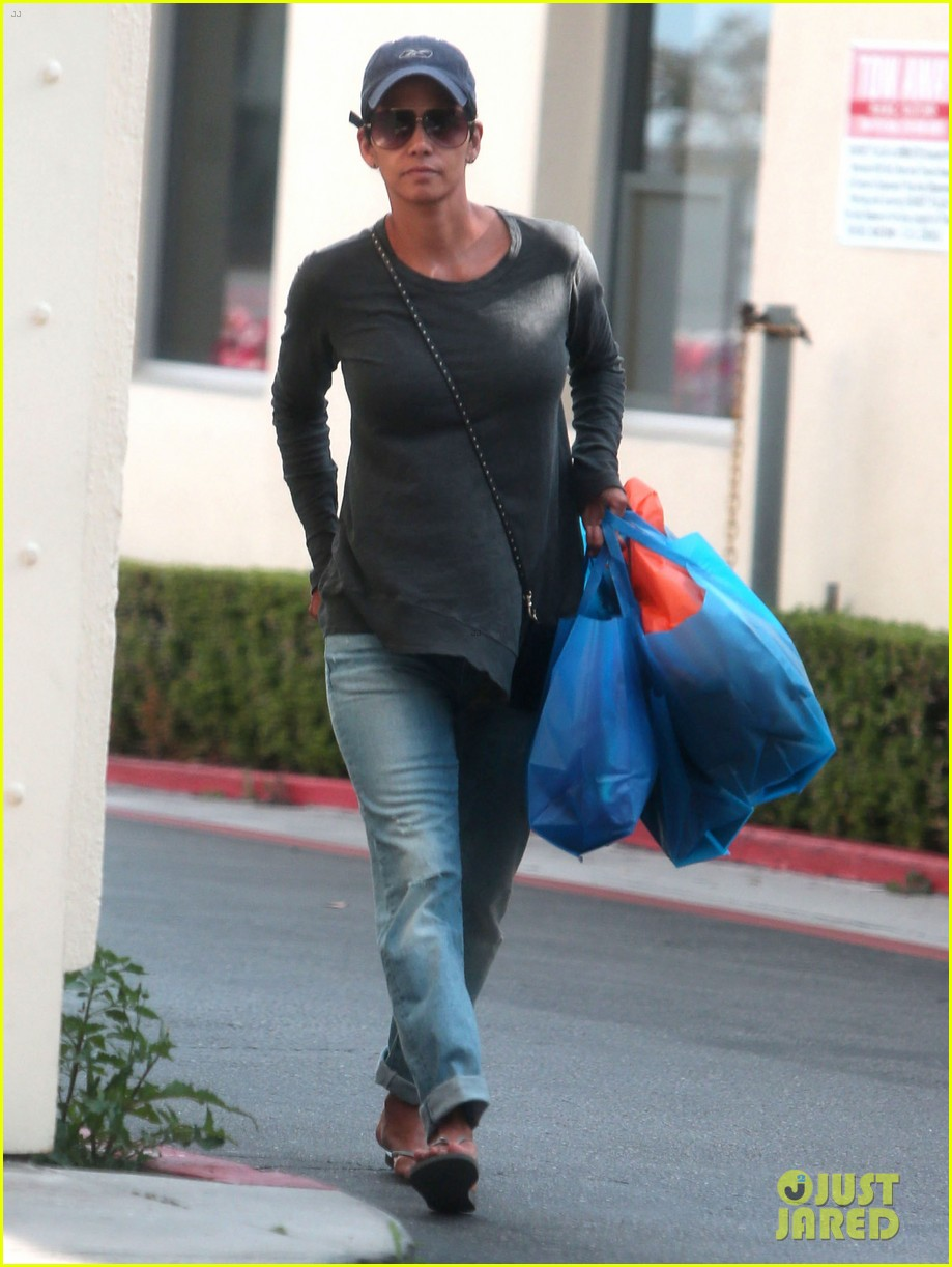 halle berry sued by homeless woman 05