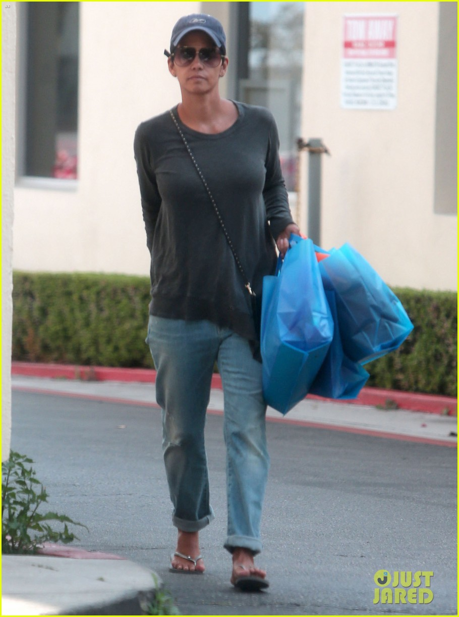 halle berry sued by homeless woman 073077711