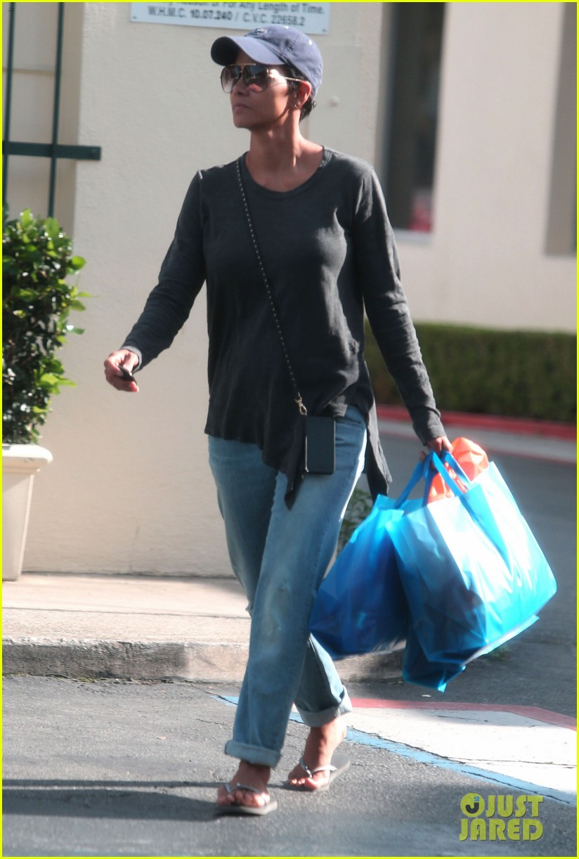 halle berry sued by homeless woman 093077713
