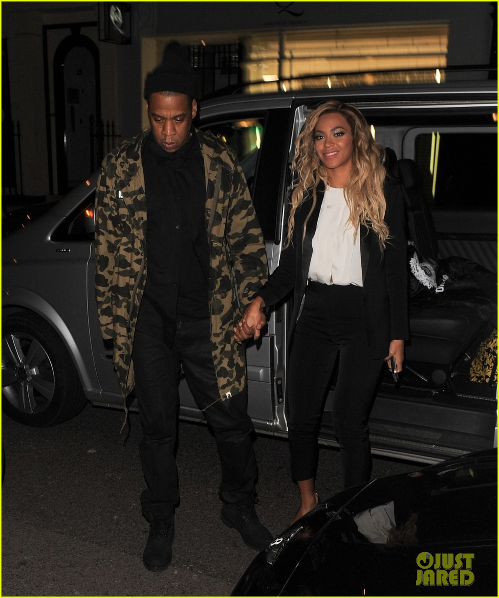 beyonce jay z hold hands after mrs carter show in london 013066722