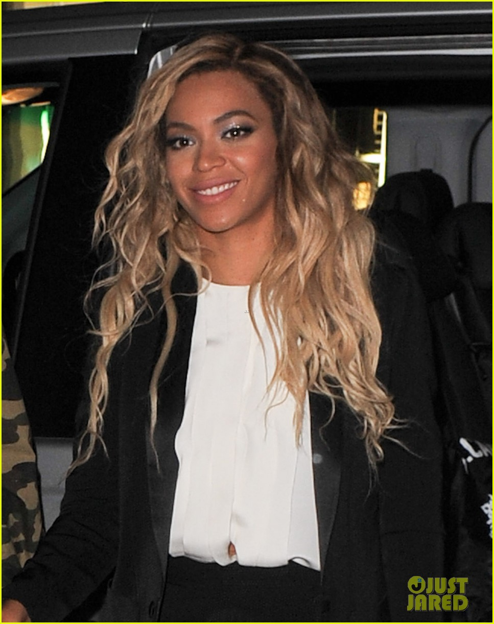 beyonce jay z hold hands after mrs carter show in london 02