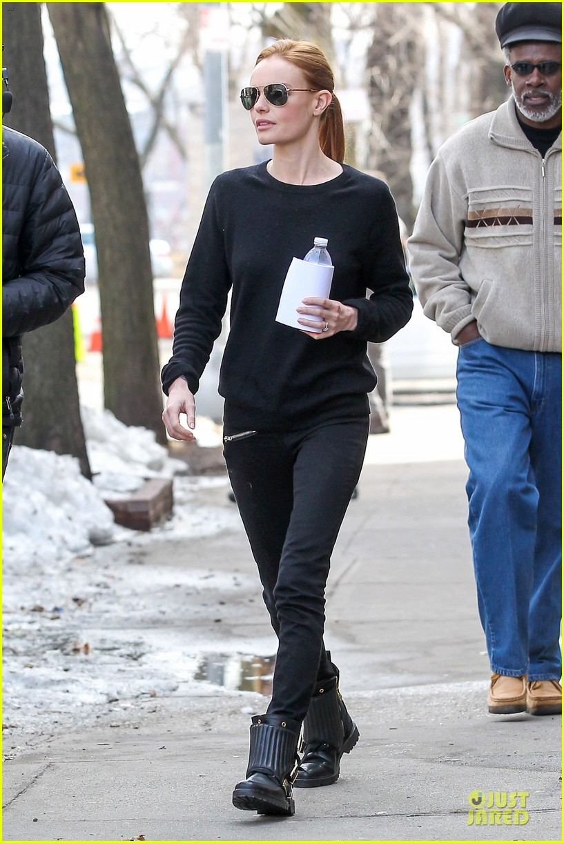kate bosworth hides her water on still alice set 013069952