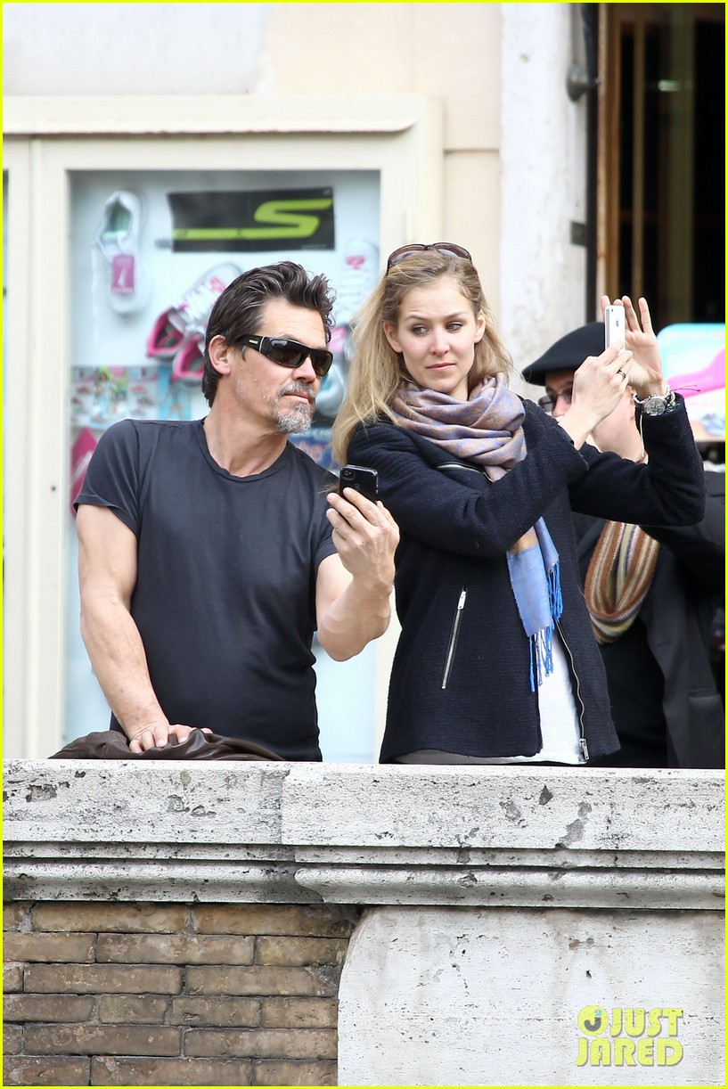 josh brolin kisses cuddles his new girlfriend assistant kathryn boyd 053065861