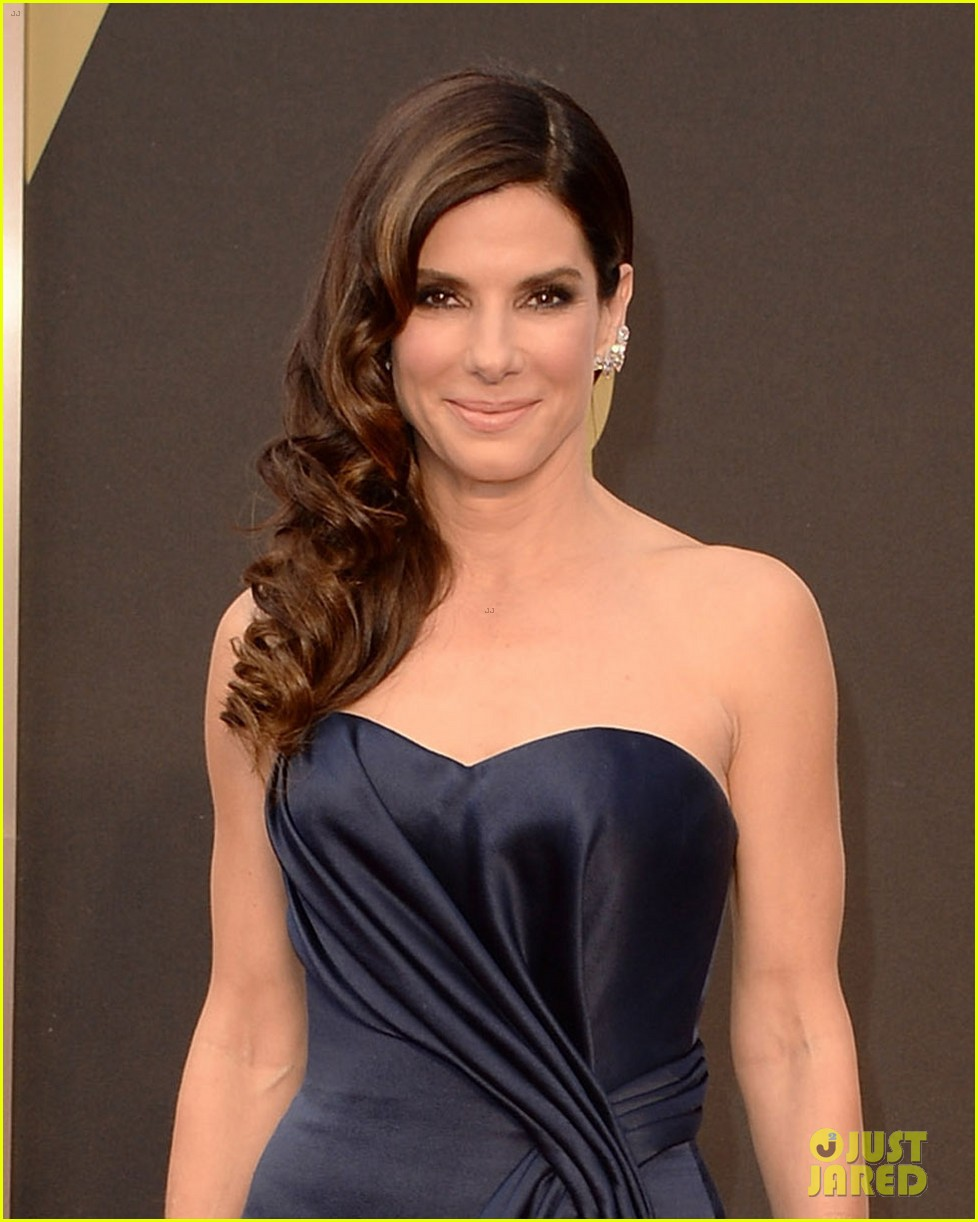 sandra bullock gravitates to the oscars 2014 red carpet 013063916