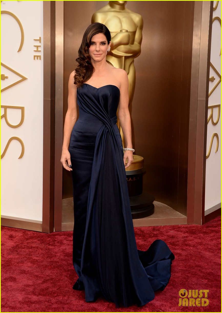 sandra bullock gravitates to the oscars 2014 red carpet 043063919