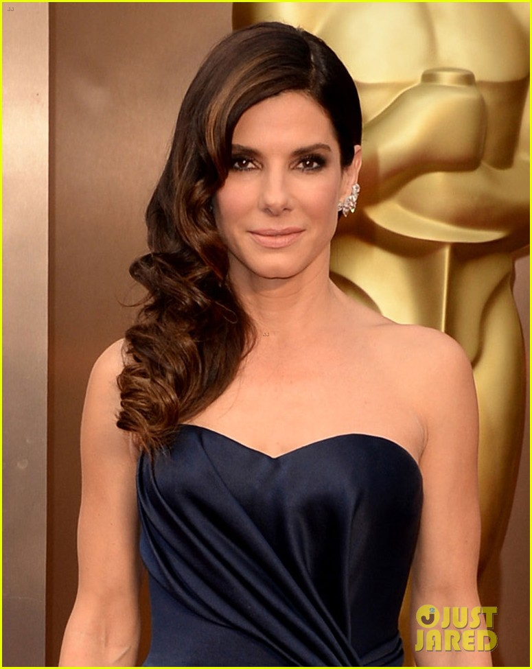 sandra bullock gravitates to the oscars 2014 red carpet 05