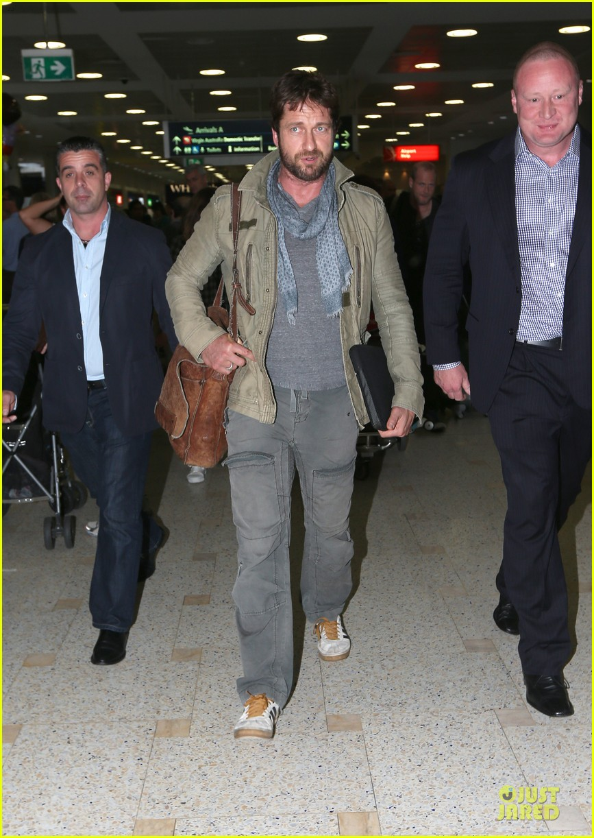 gerard butler is surrounded by security at sydney airport 013065135