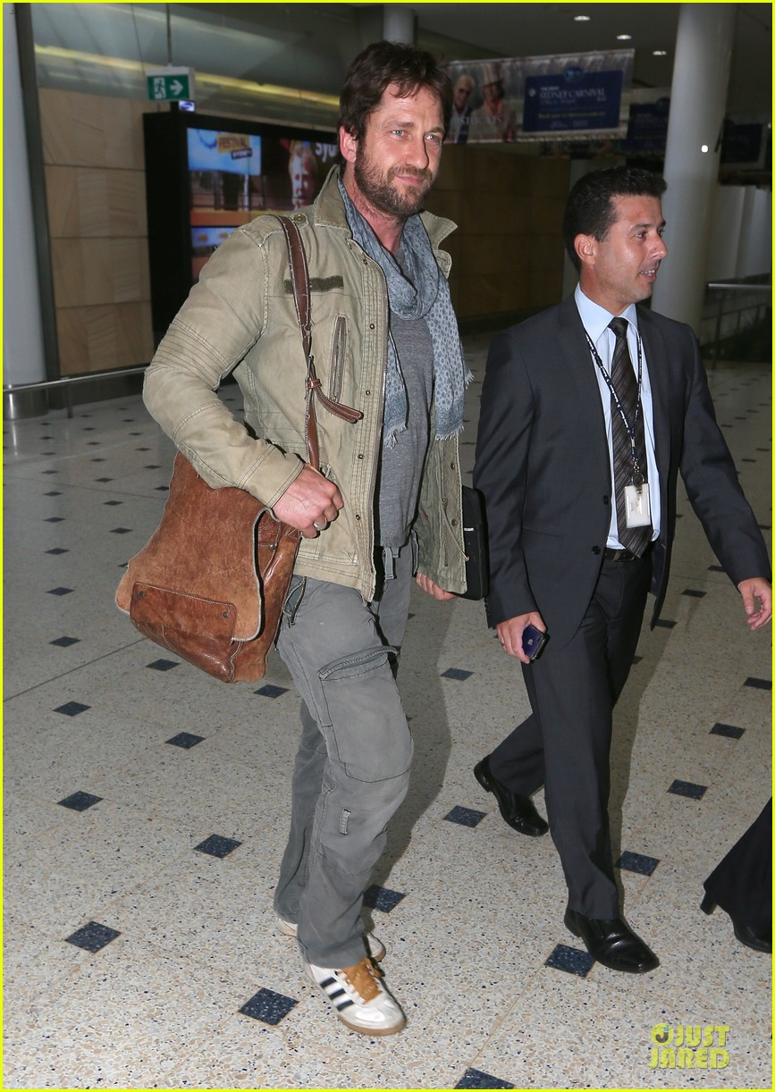gerard butler is surrounded by security at sydney airport 033065137