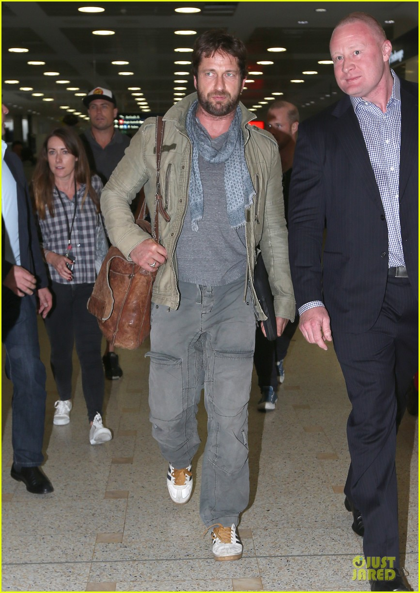 gerard butler is surrounded by security at sydney airport 063065140